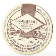 FROMAGE CAMEMBERT MONOPRIX GOURMET ETIQUETTE BOIS VACHE ET VILLAGE, FROMAGERIE A ORBEC CALVADOS - VOIR LE SCANNER - Quesos