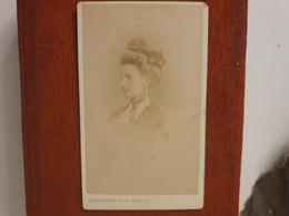 Cdv Ancienne Vers 1870. PORTRAIT D'une Femme élégante.  Photographe BOISSONNAS À GENÈVE - Alte (vor 1900)