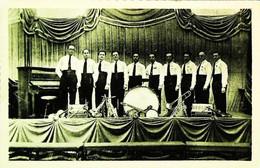 ► FRANCE - Groupe Musiciens  Jazz Swing   1/2 -  Accordeon Marqué MASSPACHER - Cp Années 30/40s - Musique Et Musiciens