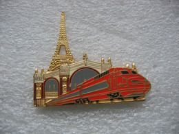 Pin's Du TGV En Gare Du Nord à Paris.Tour Eiffel En Arriere Plan - TGV