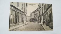 CPA ANIMEE CIRCULEE EN 1921 - SANS TIMBRE - NOGENT SUR SEINE - RUE DE L'HOTEL DIEU - PHARMACIE - TONNEAUX - Nogent-sur-Seine