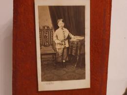 Cdv Ancienne Vers 1870. PORTRAIT D'un Jeune Garçon.  PHOTOGRAPHE C. PATUREL À SAINT BRIEUC - Alte (vor 1900)