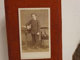 Cdv Ancienne Vers 1870. PORTRAIT D'un Jeune Garçon.  PHOTOGRAPHE VALENTIN À AVIGNON - Alte (vor 1900)