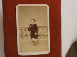 Cdv Ancienne Vers 1870. PORTRAIT D'un Jeune Garçon.  PHOTOGRAPHE SILLI À NICE - Alte (vor 1900)