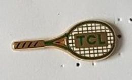 Pin's  Arthus  Bertrand, Sport  Tennis  Raquette  T C L  Cartouche  Verte - Arthus Bertrand