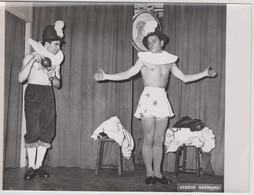 Photo  Spectacle  Travestis Dans Une Pièce De Théâtre à Droite Guy Pierauld  A Gauche J. Dufilho Studio Bernand   Ermont - Unclassified