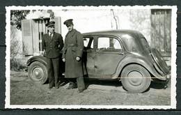 1 PHOTO  - 2 MILITAIRES AVIATION SUR COL VESTE N°116 (LUXEUIL St SAUVEUR), DEVANT CITROEN TRACTION 11 MALLE  PLATE. - Automobili