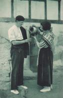 64 -- Pays Basque -- Costumes Du Pays -- Couple -- Pégarra(cruche) -- Sandales - Châle -- Béret --- 543 - Non Classificati