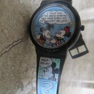 Montre Publicitaire DISNEY Minnie Et Mickey Dialogue En Retard Pour Le Cinéma ! Etat De Marche Avec Pile Opérationnelle - Orologi Pubblicitari