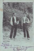 64 -- Pays Basque -- Types Basques -- 2 Jeunes Hommes -- Makilak -- Sandales -- Bérets --- 563 - Sin Clasificación