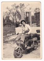 MOTO SCOOTER   LAMBRETTA   -  SCOOTER - DONNA - FOTO CARTOLINA ORIGINALE 1957 - Automobili