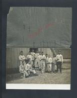 MILITARIA CARTE PHOTO MILITAIRE GROUPE DE SOLDATS ECRITE DE POISSY 1913 FEUILLE TRANSPARANTE COLLER & NOMS DES SOLDATS : - War 1914-18