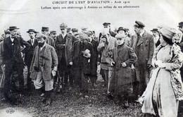AVIATION  CIRCUIT DE L'EST 1910   LATHAM APRES SON ATTERRISSAGE A AMIENS - Aviadores