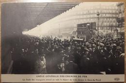 Carte Postale Grève Des Chemins De Fer La Foule Des Voyageurs Attend En Vain Le Départ Du Train Devant La Gare Du Nord - Treinen