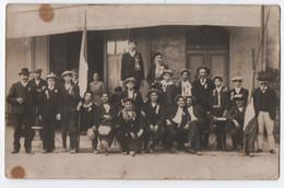 CARTE PHOTO : GROUPE DE CONSCRITS DEVANT UN CAFE - VENTE DE JOURNAUX - COCARDES - DRAPEAUX FRANCAIS - 2 SCANS - - Tiendas