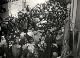 INDOCHINE .NORD VIETNAM .1954 . . FILLE D'ATTENTE DANS LA RUE - Places