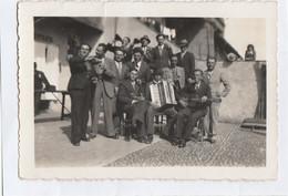 8119 A. Vecchia Photo Foto Gruppo Uomini Che Bevono Vino E Suonano La Fisarmonica Tromba E Chitarra Aa '20  Italia - 9x6 - Persone Anonimi