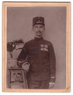 Fotografie Unbekannter Fotograf Und Ort, Portrait Eines Soldaten Mit Ordenspange - Oorlog, Militair