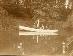 Photo De Deux Hommes Et Deux Femmes En Tenue D'époque Dans Une Barque A Moteur Vers 1900 - Anonyme Personen