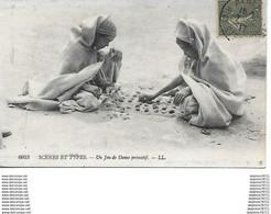 Algérie-Scènes Et Types- Un Jeu De Dame Primitif - Escenas & Tipos