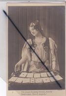 Femme Cartomancienne ; Un Jeune Homme Blond,timide Intervient.Est Il Stupide !(carte Précurseur N° 5) - Frauen