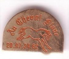 BB85 Pin's Cheval Horse Restaurant AU CHEVAL BLANC à WATTIGNIES Nord C'est Le N° De Tel Achat Immédiat - Animales