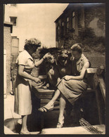 Two Women And Two Dogs Outside Old Photo 9x12 Cm #22254 - Anonyme Personen