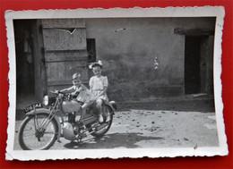 Photo Animee  Motocyclette 1949 - Identifizierten Personen