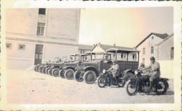 K3 - Photo - Au Quartier Lepic - 1936 - Les Camions Et Les Motos Militaires - Oorlog, Militair