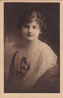 AK Frau In Kleid Mit Blume - Ca. 1910/20  (53719) - Frauen
