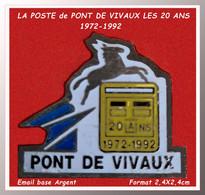 SUPER PIN'S POSTES : LES 20 Ans De La POSTE De VIVAUX 1972-1992 à MARSEILLE 13100, émail Base Argent, Format 2,4X2,4cm - Mail Services