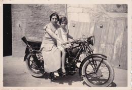 Foto Di Donna Con Bambino In Sella Di Una Moto D'epoca - Cm 10 X 7 Circa - Anonyme Personen