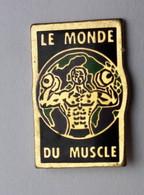 SP388  Pin's Haltérophilie Culturisme Le Monde Du Muscle Magazine Journal Presse Média Bodybuilding Achat Immédiat - Haltérophilie