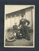 MILITARIA PHOTO ORIGINALE MILITAIRE DE 13X18 SOLDAT TON TON CHARLES SUR UNE MOTO À BOLBEC : - Motorräder