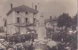Groupement Devant Un Monument Aux Morts  Et De L'Hôtel BALANDRAS  Ou?? CARTE PHOTO - Fotografie