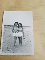 PHOTO ORIGINALE ANNEE AOUT  48  LE POULIGUEN PIN-UP DEUX  FEMMES  EN MAILLOT DE BAIN  JUPE - Pin-ups
