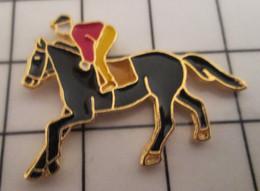 811i Pins Pin's / Rare & Belle Qualité THEME ANIMAUX / CHEVAL CAVALIER JOCKEY - Animali
