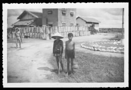Photo Dentelée - Asie - Viet Nam - Indochine - Enfants Vietnamiens - 8,8 X 6 Cm - Plaatsen