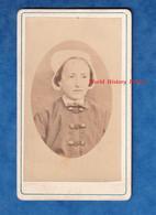 Photo Ancienne CDV Vers 1870 - Portrait Peut Etre De Madame PICART De Pierrefonds - Coiffe à Identifier Folklore Costume - Alte (vor 1900)