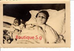 Photo Personne Femme Bebe Famille Post Mortem Postmortem Accouchement Le Pincon Lepincon La Guerche De Bretagne 16x11 Cm - Personas Anónimos
