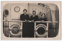CARTE PHOTO : PHOTO MONTAGE BATEAU & PERSONNAGES - SURREALISME - FOIRE - FETE FORAINE - PAQUEBOT LE NORMANDIE - 2 SCANS - Photographie