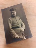MANN IN DEUTSCHLAND DAZUMAL - AELTERER OFFIZIER MIt SCHNAUZ UND DEGEN - EPAULETTE 64 - Guerra, Militares