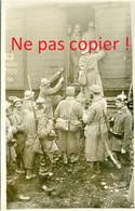 CARTE PHOTO ALLEMANDE - A PERONNE - PRISONNIERS FRANCAIS CAPTURES A FRISE - SOMME  GUERRE 1914 1918 - War 1914-18