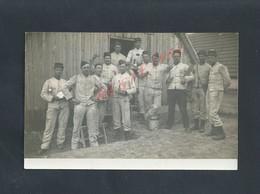 MILITARIA CARTE PHOTO MILITAIRE GROUPE DE SOLDATS ECRITE DE POISSY 1915 LA VILLA ECT ? : - Characters
