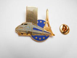 Superbe Pin's En Zamac , Transport Train SNCF TGV , Paris Tour Eiffel , Signé Ballard , Gris - Transportes