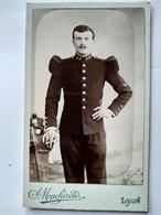 Photographie CDV Militaire - Jeune Soldat Debout - Infanterie - 22 Sur Col - Photo Mouchiroud à Lyon - TBE - Guerra, Militari