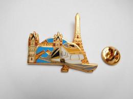 Superbe Pin's En Zamac , Transport Train SNCF TGV , Paris Tour Eiffel , Londres ,  Signé Ballard , Bleu - Transportes