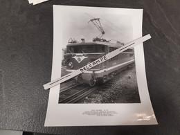 SNCF : Photo Originale ALSTHOM 21 X 27 Cm : Locomotive électrique BB 17034 Aux Usines ALSTHOM De BELFORT (90) - Treinen