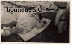Photo Personne Enfant Bebe 1 Mois Plage Sable Mer  11x7 Cm - Personas Anónimos