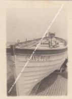"""PHOTO BLANKENBERGE 1923 PENICHE, CANOT DE SAUVETAGE """"SANS PEUR"""" SUR LE PIER REDDINGSSLOEP / ANIMATION ENFANT - Blankenberge"""